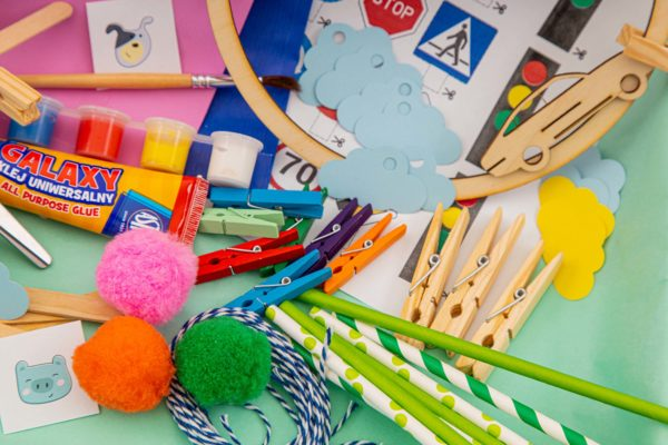 kolorowe spinacze, papierowe słomki, farbki i drewniane elementy