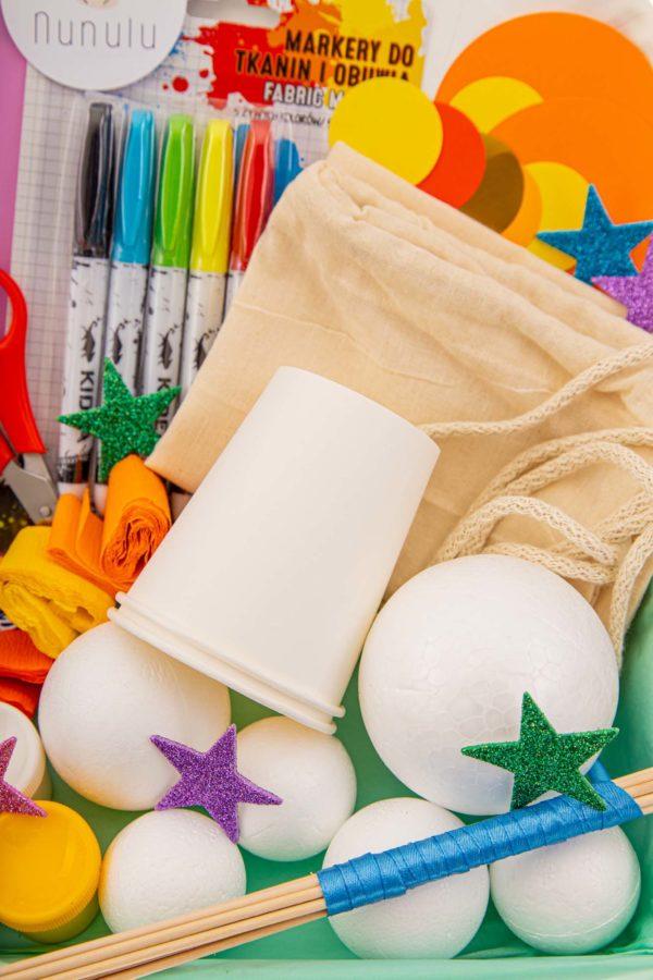 styropianowe kulki, papierowe kubeczki i kolorowe flamastry