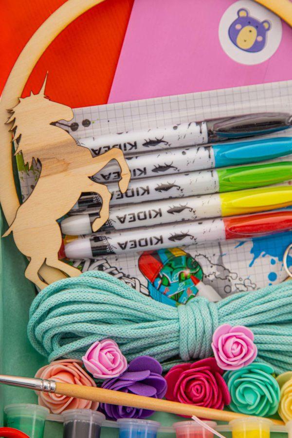 kolorowe flamastry, turkusowy sznurek, drewniany koń i farby