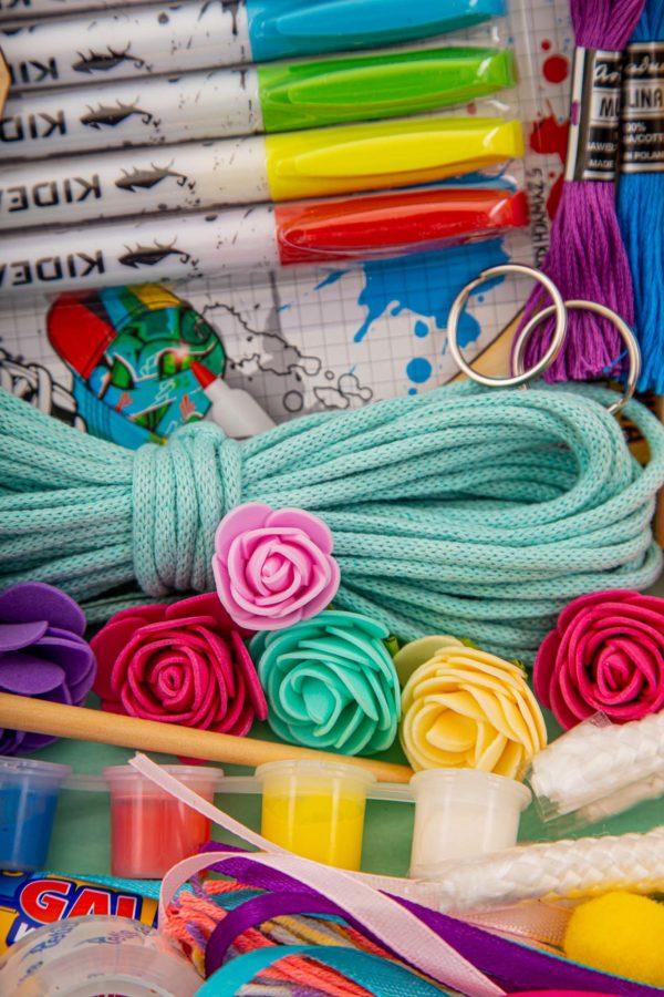 kolorowe flamastry, turkusowy sznurek i farby