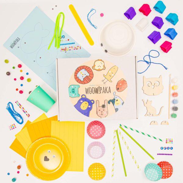 kolorowa paka z rozłożonymi elementami zdjęcie z góry