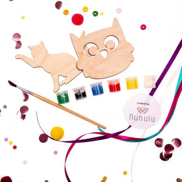 drewniane elementy zabaw z kolorowej paki